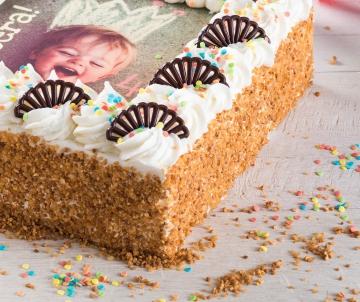 Verjaardagslagroomtaart